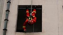 惊吓到变形!消防高空训练需悬空头朝下克服恐高症