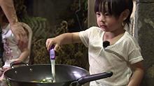 吴尊担心姐弟单独外出 好奇弟弟Max变身掌勺主厨?