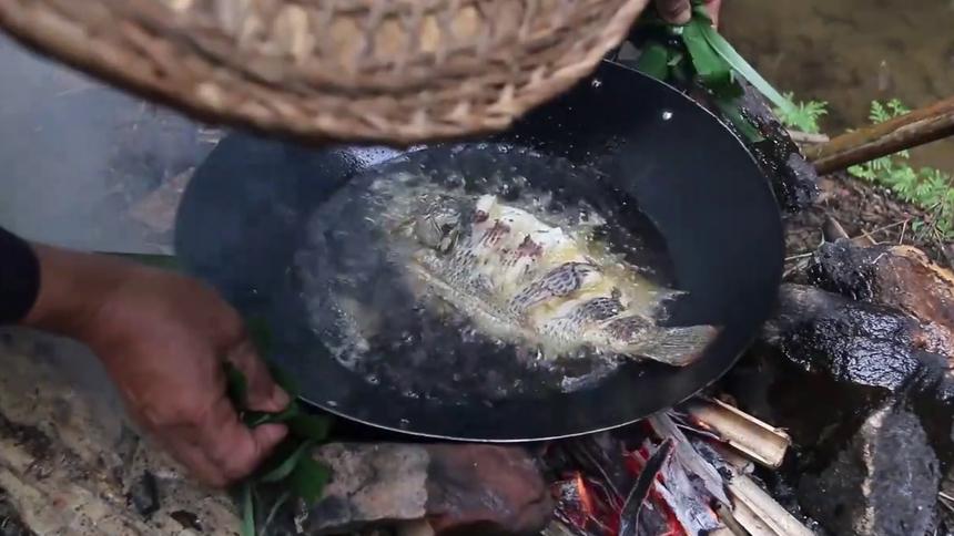 溪水可乐鱼,柴火黑锅新料理